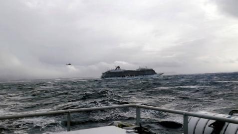 El crucero Viking Sky será remolcado mientras sigue la evacuación del pasaje