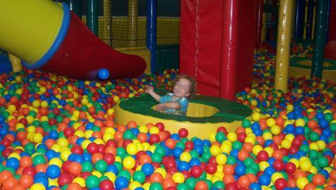 Un niño en una piscina de bolas