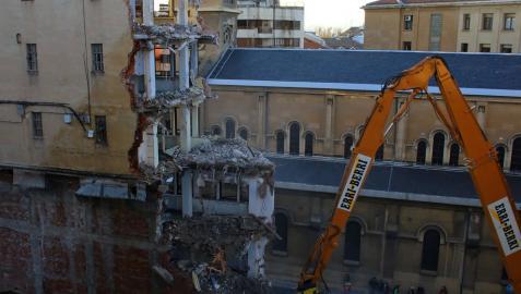 Comienza el derribo de la segunda fachada del edificio de los cines Carlos III