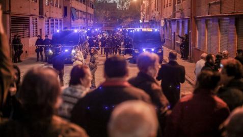 Vecinos protestan frente a la casa del supuesto asesino de Vallecas (Madrid)