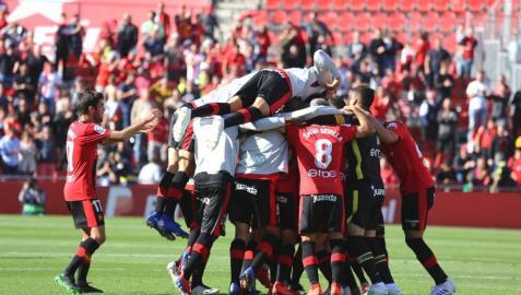 Los jugadores del Mallorca celebran la victoria in extremis ante el Sporting.