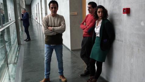 Carlos Couso, Rubén Velasco y Laura Pérez, en los pasillos del Parlamento.