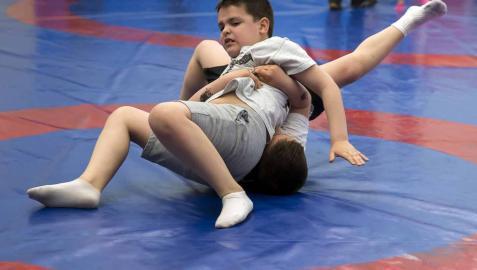 Los pequeños enseñan a los padres los secretos de la lucha libre