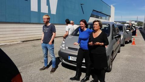 Ignacio San Martín, Maru Camino y Marina Martínez, junto a la oficina de la ITV de Noáin el lunes tras hacer cinco horas de cola.  Eran las 5 de la tarde. Aún les quedaban dos horas más.