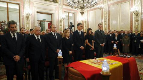 El fallecimiento de Rubalcaba aparca la pelea electoral y une a los partidos