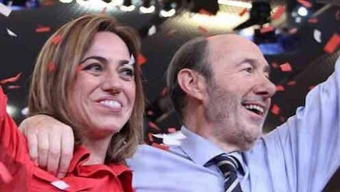 Una foto de Rubalcaba junto a Carme Chacón emociona en las redes sociales