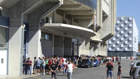 Más de 200 personas, en la apertura de las taquillas de El Sadar