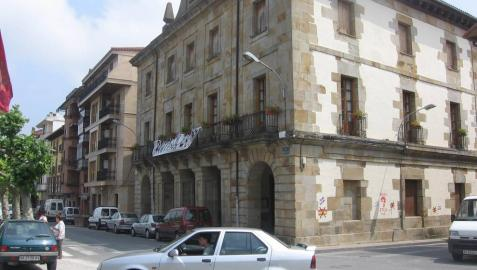 Detalle del Ayuntamiento de Etxarri Aranatz.