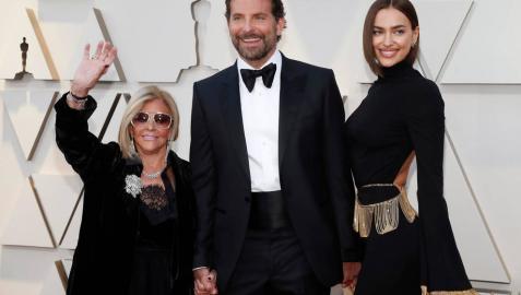 El actor Bradley Cooper junto a su madre y su pareja Irina Shayk en la alfombra roja de los Oscar