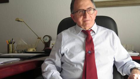 Manuel Gurpegui, navarro de Andosilla y catedrático de Psiquiatría en Granada, en su despacho de trabajo.