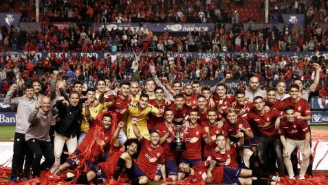 Osasuna recibe la Copa de campeón en El Sadar ante una afición entregada
