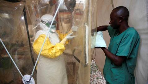 Sanitarios en un centro de tratamiento del ébola en Beni, en la República Democrática del Congo.