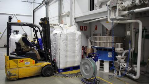 Un operario acerca con un palé con producto en la planta de Harivenasa, en Noáin.