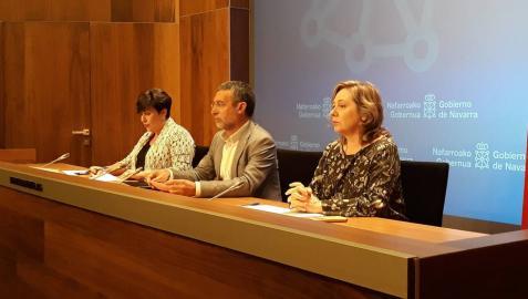 Isabel Elizalde, a la izquierda, junto al vicepresidente de Derechos Sociales, Miguel Laparra y la portavoz del Gobierno de Navarra, María Solana.