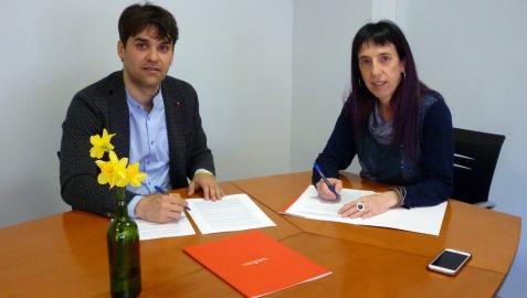 Pablo Azcona y Mertxe Leranoz, en la firma de un convenio por las políticas de igualdad.