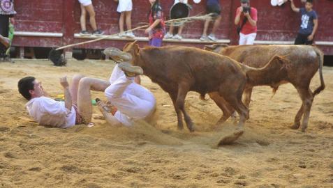 Las cuadrillas de Puente la Reina hicieron reír con sus disfraces a los asistentes a las vaquillas en las fiestas del municipio