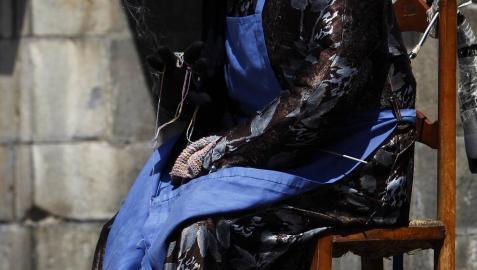 Fotos del Día de la Indumentaria de Isaba 2019, en la que la asociación Kurruskla mutó su exhibición pedagógica del lenguaje de los trajes roncaleses por un repaso en 'sketches' de las escenas hiistóricas que ha recreado en cada uno de estos 9 años.