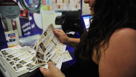 En la administración de lotería de Tafalla Nuria Arrizubieta está vendiendo más lotería.