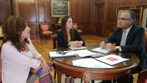 Las alcaldesas de Burlada y Valle de Egüés, con Enrique Maya.