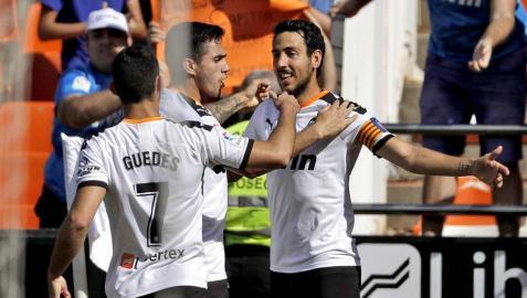 El jugador Daniel Parejo del Valencia, celebra con sus compañeros el gol marcado al Leganés.