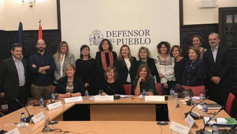 La presidenta de Hiru Hamabi, Yolanda Fonseca (la quinta por la derecha), en una jornada de trabajo con el Defensor del Pueblo.