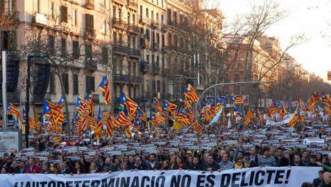 Miles de manifestantes marchan en Barcelona contra el juicio del