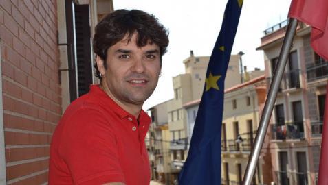 El alcalde lodosano Pablo Azcona en el balcón del despacho de alcaldía desde donde este lunes a las 12 de la mañana el primer equipo del CD Lodosa tirará el cohete de las fiestas patronales.