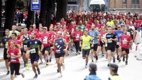 El centro de Pamplona ha sido el escenario de la VI Carrera Solidaria Navarra por ANFAS que impulsa cada año Laboral Kutxa y que en esta edición ha recaudado entre 15.000 y 16.000 euros.