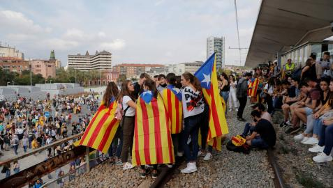 Jóvenes cortan las vías del tren en Girona.