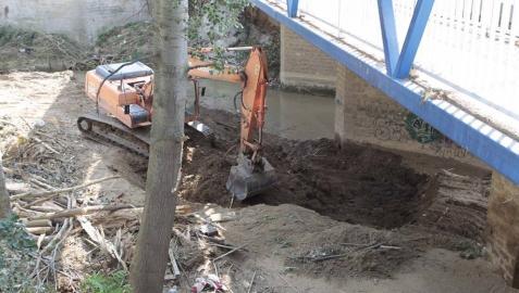 Una excavadora retiraba tierra esta semana del fondo del cauce en Cidacos en Tafalla, un tipo de intervención que sí suele autorizar Medi o Ambiente.