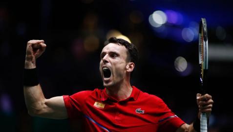 La solidez de Bautista adelanta a España en la final