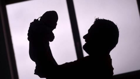 El permiso de paternidad subirá a 16 semanas en dos años por decreto