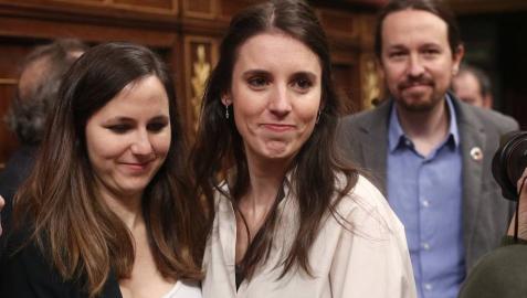 La portavoz adjunta de Unidas Podemos en el Congreso, Ione Belarra; la portavoz de Unidas Podemos en el Congreso, Irene Montero y el secretario general de Podemos, Pablo Iglesias, entran en el hemiciclo del Congreso