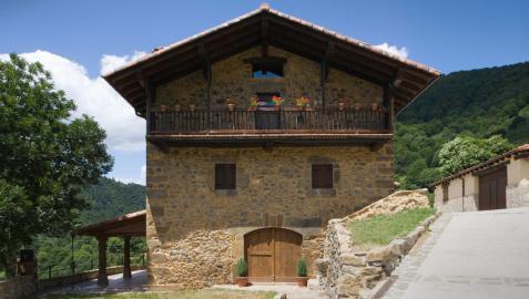 La fachada de la casa rural Casa Zaule, en la localidad navarra de Arrarats.