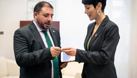 Saiz entrega en el Parlamento el proyecto de Presupuestos de Navarra, por 4.557 millones