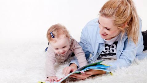Una bebé jugando con un adulto
