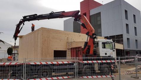 Imagen de las obras de construcción del futuro salón de actos, con el actual centro cívico al fondo.
