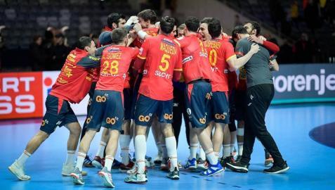 La selección española de balonmano hizo historia al revalidar el Campeonato de Europa tras imponerse este domingo por 22-20 a Croacia en la final del Europeo, lo que permitió a los 'Hispanos' convertirse en un equipo de leyenda.