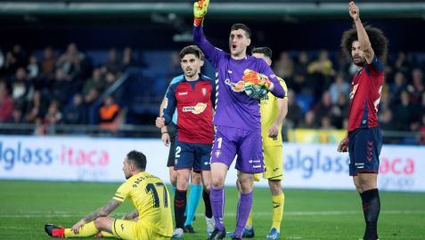 Sergio Herrera y Aridane piden fuera de juego en la jugada del penalti a Paco Alcácer.