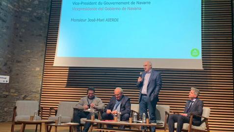 El vicepresidente José Mª Aierdi y el presidente del departamento de Pirineos Atlánticos, Jean Jaques Laserre, durante la presentación del proyecto Bicimugi