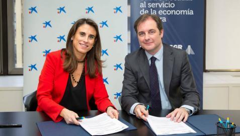 Firma del convenio entre Isabel Moreno, directora territorial de CaixaBank, y Pablo Cámara, director general de Sonagar