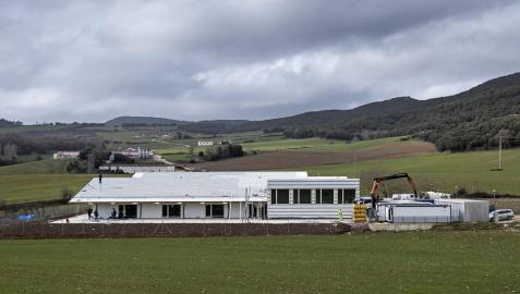 El nuevo colegio comarcal de Abárzuza, en una imagen tomada días atrás en la recta final de la obra.