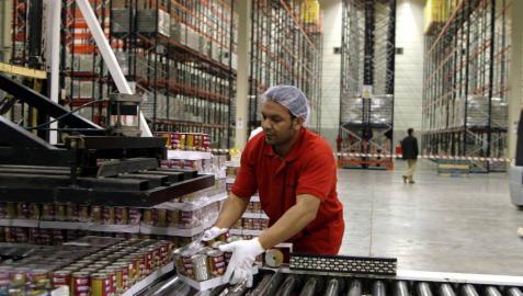 Imagen de archivo de un trabajador de Gvtarra manipulando un paquete.