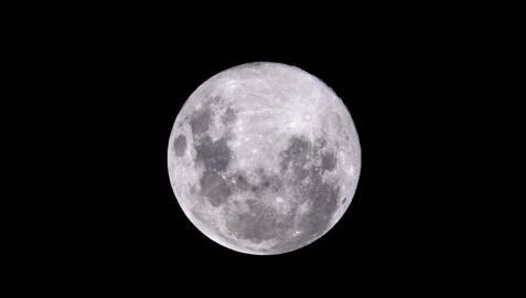 Imágenes de la Luna Rosa de Abril 2020 vista desde diversas partes del mundo: Madrid, Buenos Aires, Moscú o las Vegas