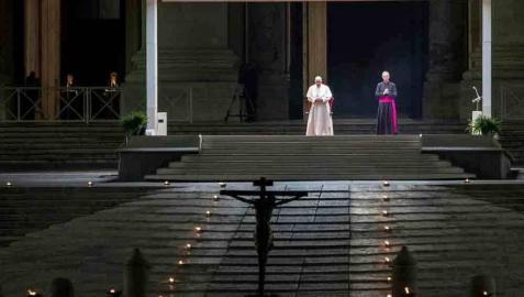 El papa preside un Vía Crucis en una Plaza vaticana completamente vacía