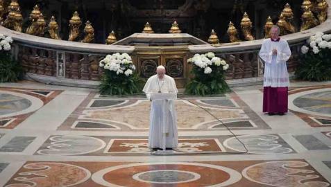 El Papa arremete contra el