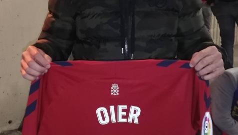 Berenguer visita El Sadar y se lleva la camiseta de Oier