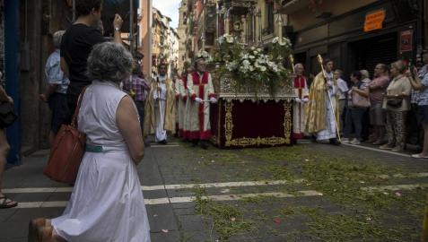 El alcalde de Pamplona, Enrique Maya, acudió a la tradicional procesión por las calles de la capital navarra.