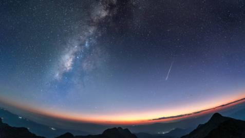 Imagen de un cielo estrellado surcado por una perseida