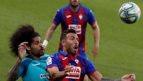 Aridane, que estuvo perfecto, intenta fijar a Sergi Enrich.